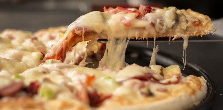Íme egy finom tepsis pizza recept